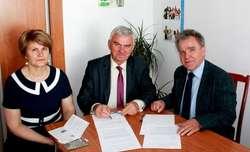 Porozumienie podpisał burmistrz miasta i kierownik Uniwersytetu Otwartego UKSW