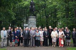 Pamiątkowe zdjęcie ZŻWP w Komorowie przy pomniku Józefa Piłsudskiego
