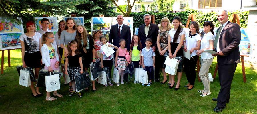 Laureaci – pamiątkowe zdjęcie w ambasadzie