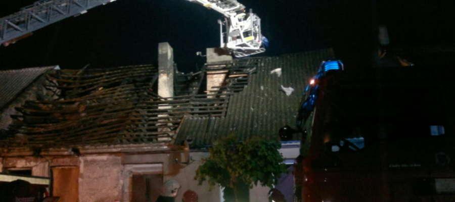 18 strażaków ratowało dom