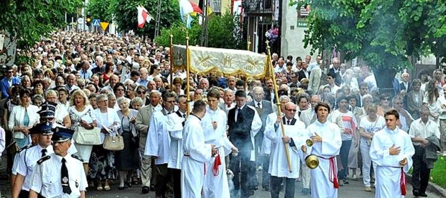 Mieszkańcy miasta w tradycyjnej procesji