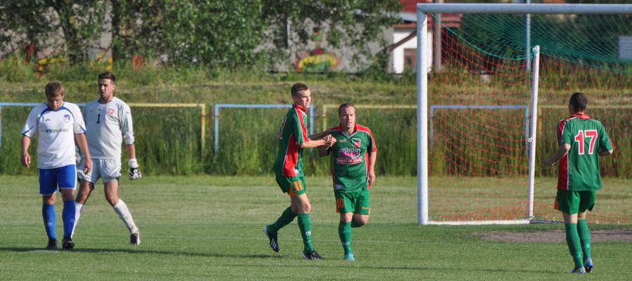 Piotr Melchinkiewicz (drugi z lewej) zdobył jedną z bramek. Wkra wciąż walczy