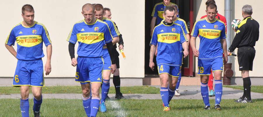 Grający trener Marcin Rokicki (drugi z lewej) był autorem jedynej bramki dla Wkry
