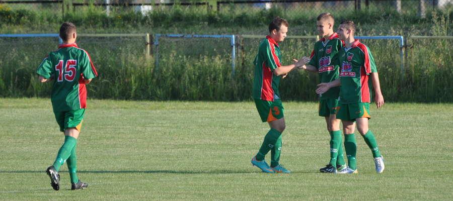 Bartosz Laskowski (drugi z prawej) zdobył swoją pierwszą bramkę w oficjalnym spotkaniu w zespole seniorów Wkry Żuromin