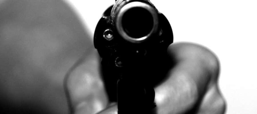Jeden z zamaskowanych zbirów trzymał w dłoni coś, co przypominało pistolet, informuje płońska policja