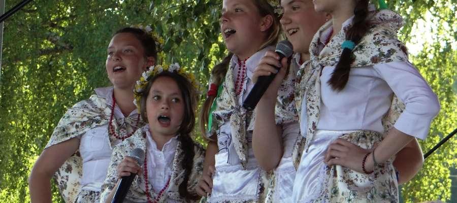 """Zespół """"Biskupiaki"""" z Biskupca Pomorskiego na scenie w Ostaszewie"""