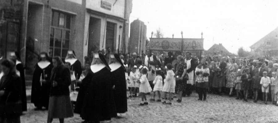 Zdjęcie jest ilustracją do tekstu. Procesja Bożego Ciała w Bisztynku w latach 50-tych XX wieku.