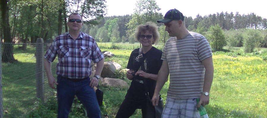 Od lewej: Marek Dziekoński, Alicja Szarzyńska i pan Jacek podczas wstępnego rozpoznawania okazów skalnych na terenie Nielbarka
