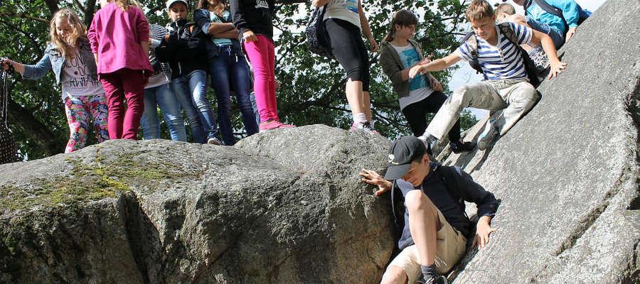 """Uczniowie klasy V SP nr 4 w Batoszycach bardzo dokładnie zwiedziły """"Diabelski Kamień"""" w Bisztynku"""