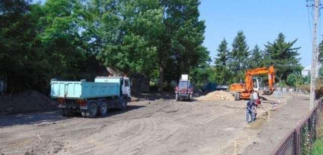 Trwają prace remontowe związane z budową parkingu  - full image