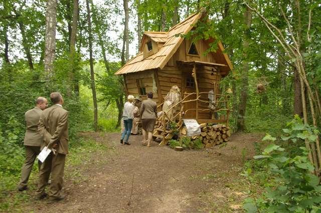 Wyjątkową atrakcją ścieżki jest niezwykła chatka czarownicy - full image