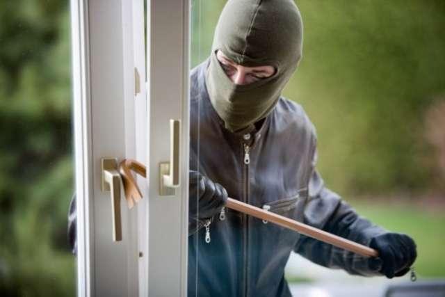 Włamali się do mieszkania - ukradli biżuterię i pieniądze  - full image