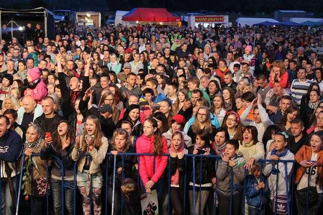 Pod sceną bawiło się wielu mieszkańców gminy i powiatu  - full image