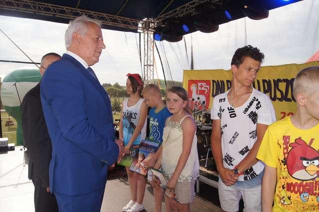 Burmistrz wręczał nagrody wyróżnionym osobom  - full image