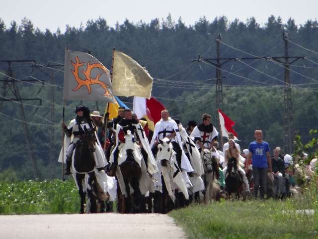 Marsz na Grunwald idzie w upale z Nowego Miasta do Bratiana - full image