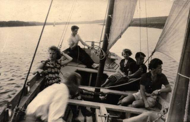 Dezeta na Jeziorze Drwęckim 1954 r., pierwszy z prawej Kazimierz Bielawski - full image