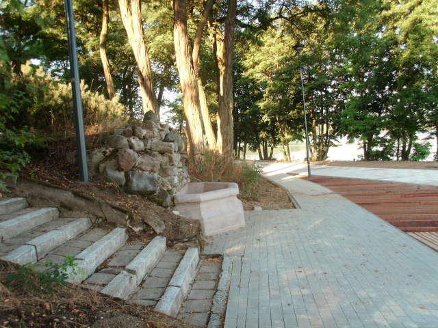 """Wyschnięte źródełko i słynne kamienne schodki, prowadzące do dawnego ośrodka """"To Lubię"""" - full image"""