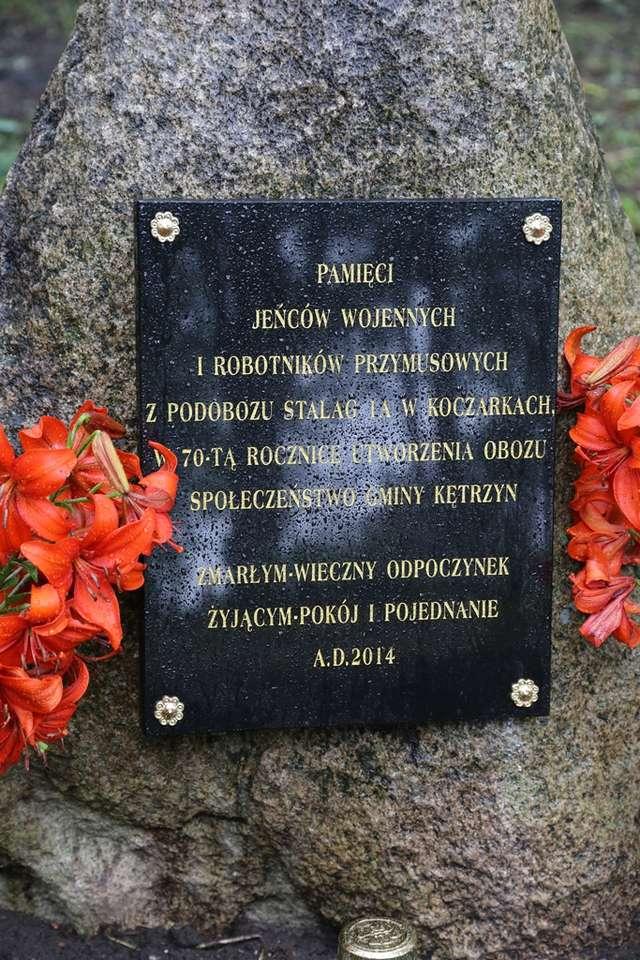 Tablica pamiątkowa przy mogiłach bezimiennych ofiar Stalagu 1A - full image