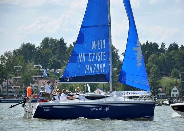 Jacht Fundacji Nasza Ziemia podczas regat o Puchar 7 Cudów Mazur - full image
