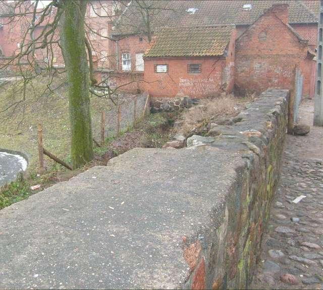 Zrekonstruowany ostatnio mur przy zamku     - full image