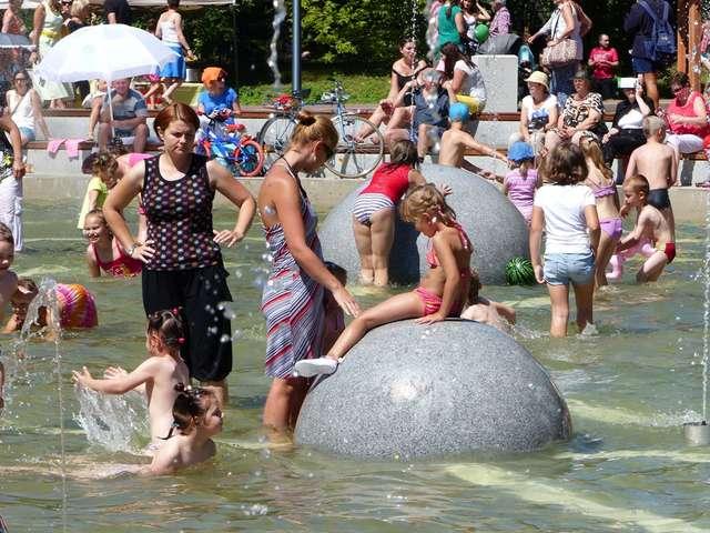 Tłumy dzieci nieustannie pluskały się w parkowej fontannie - full image