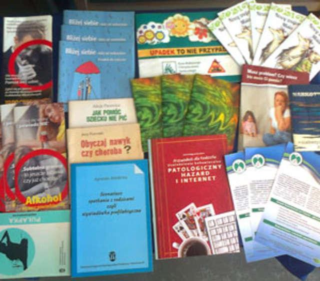 W bibliotece wąsewskiej szkoły nie brakuje literatury o tematyce profilaktycznej - full image