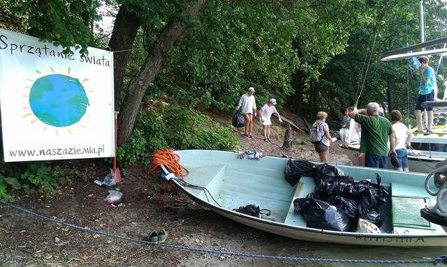 Wolontariusze, przedstawiciele Nadleśnictwa Pisz i załoga rejsu zebrali w sumie 1500 litrów śmieci  - full image