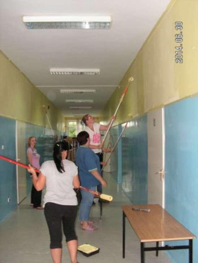 Rodzice i pracownicy wspólnie remontują szkołę.  - full image