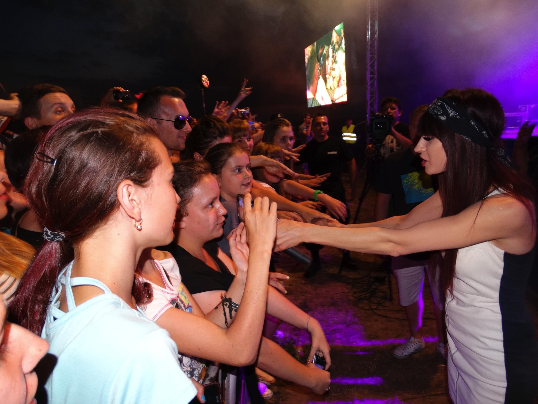 Publiczność zebrana w Kurzętniku śpiewała razem z Sylwią Grzeszczak
