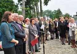 Na cmentarzu, przy miejscu pochówku J. Długoborskiej licznie zebrali się zaproszeni gości i mieszkańcy miasta