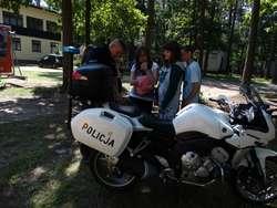 Młodzież z bliska mogła obejrzeć sprzęt policyjny i dowiedzieć się więcej o bezpieczeństwie