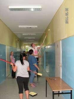 Rodzice i pracownicy wspólnie remontują szkołę.