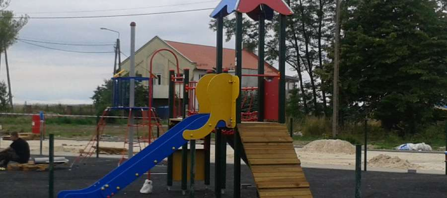 Na nowym placu zabaw znajdują się m.in.: wagowe i podwójne huśtawki, karuzela, sprężynowiec