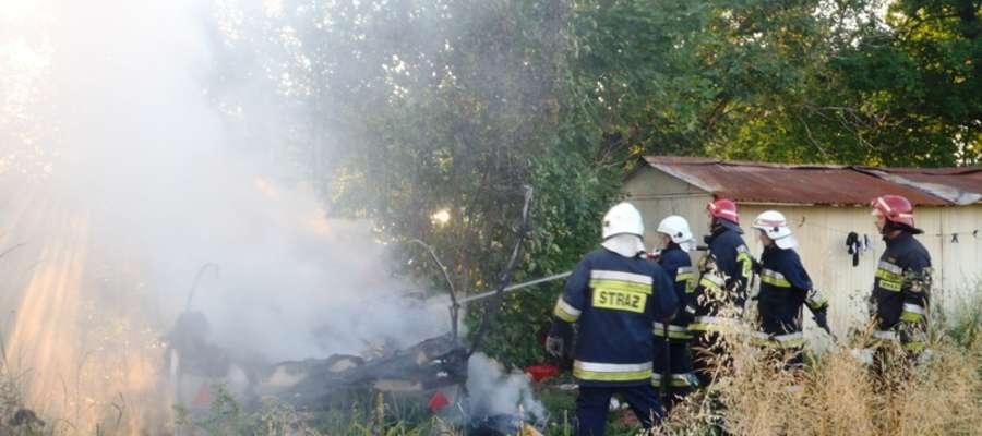 Gdy na miejsce pożaru przyjechali strażacy ogniem objęta była cała konstrukcja przyczepy