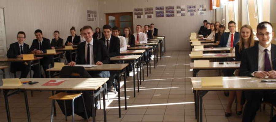 Maturzyści żuromińskiego LO przed egzaminem. Uśmiechnięci. Wiedzieli, że będzie dobrze?