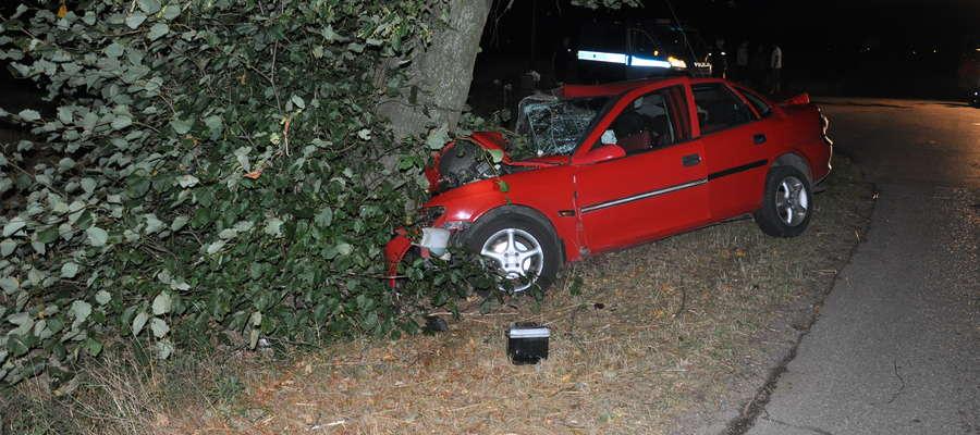 Samochód po zderzeniu z drzewem wygląda tragicznie