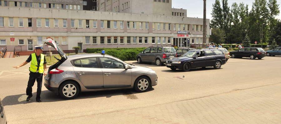 Wypadek na ulicy Szpitalnej. Kobietę w ciężkim stanie przewieziono do szpitala w Płocku fot. ae