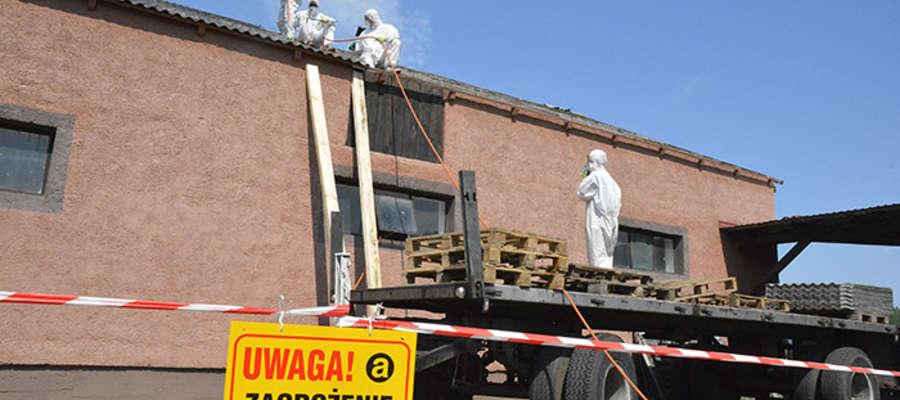 We wtorek 8 lipca eternit usunięto z dachów budynku Edwarda Kaczmarczyka z Rozóg