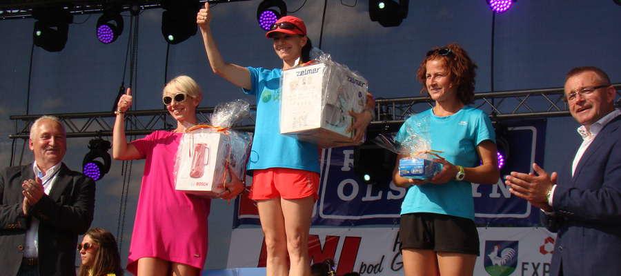 Joanna Derkowska (z lewej) z nagrodą za wynik