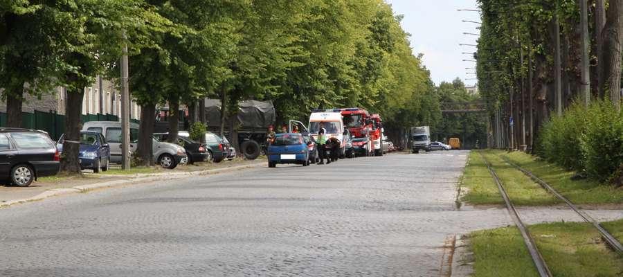 Policjanci przeszukują pomieszczenia Wojskowej Komendy Uzupełnień w Elblągu