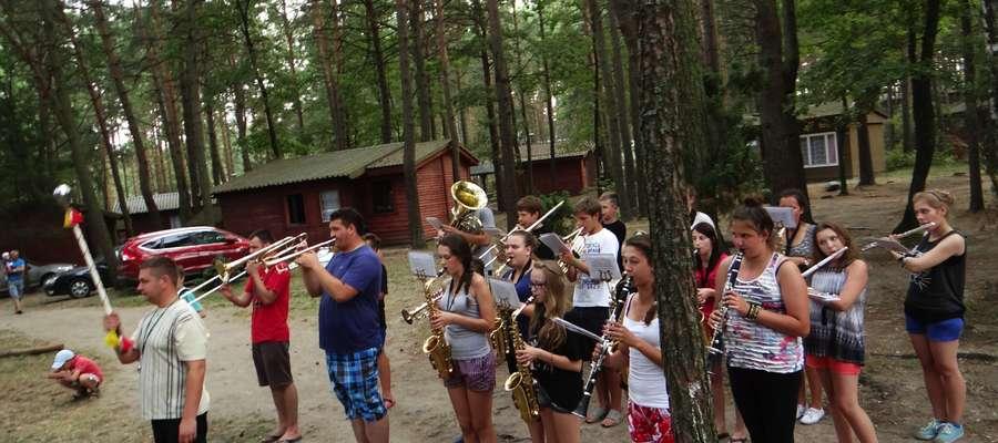 Orkiestra Dęta z Kurzętnika nad jeziorem w Ostaszewie