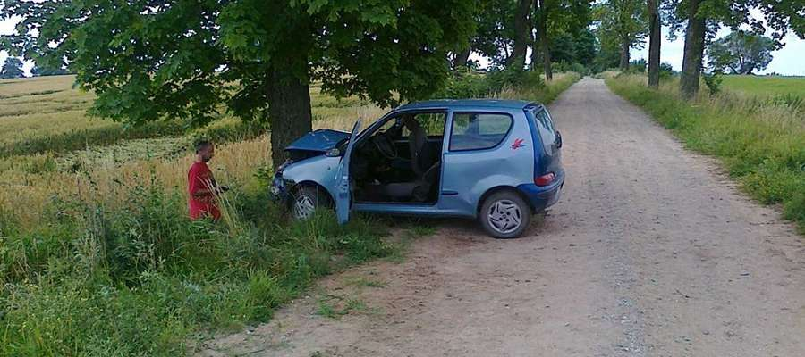 Kierowca Fiata stracił panowanie nad pojazdem i uderzył w drzewo. Trafił do szpitala.