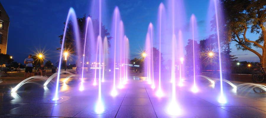 Nocny pokaz fontanny przed katedrą