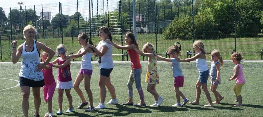 Dzieci doskonale czuły się w tańcu,  wykonując przy tym wyjątkowo śmieszne ruchy taneczne, które rozbawiły ich do łez