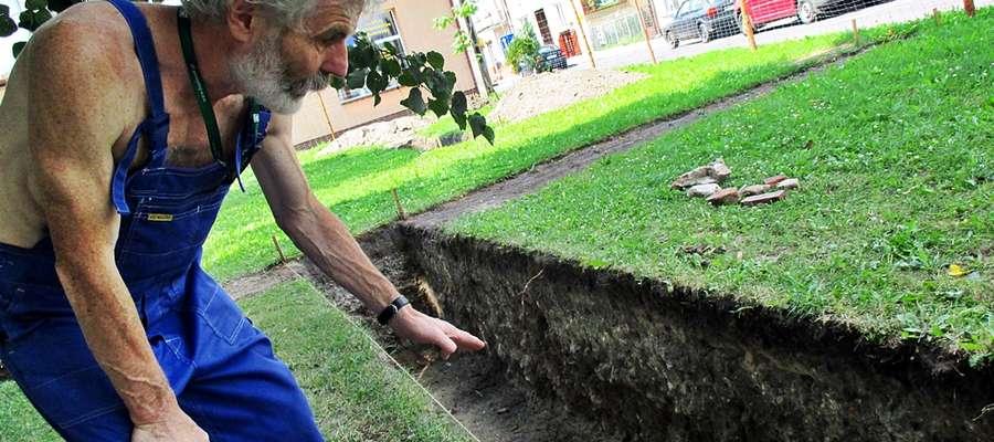 Marek Gierlach wrócił do Płońska, aby przeprowadzić badania archeologiczne zlecone przez ratusz. Jednocześnie w miejscowym areszcie odbywa on karę pozbawienia wolności