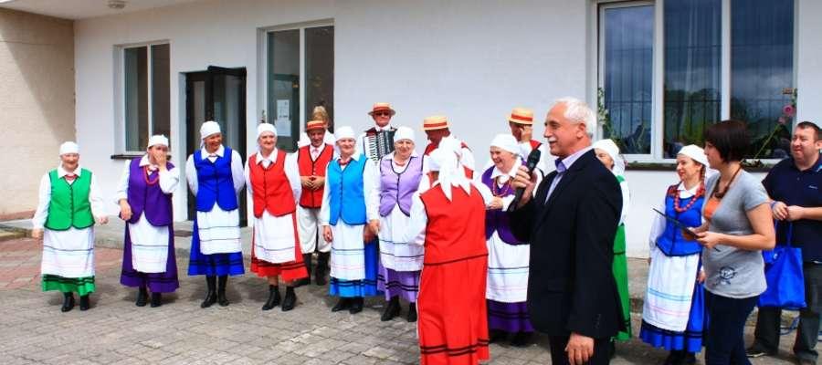 Gratulacje zespołowi składa burmistrz Rynu Józef Karpiński