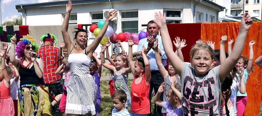 Roztańczone dzieci u boku prowadzących imprezę: Anny Mika i Kasi Ornarowicz oraz przyklaskujący imprezie burmistrz Andrzej Pietrasik