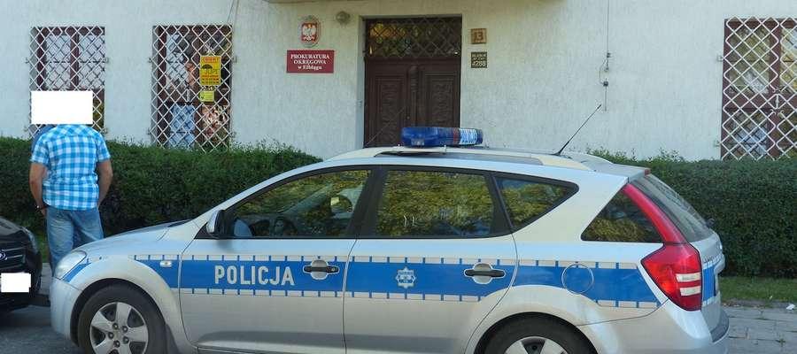 Policjanci sprawdzają budynek Prokuratury Okręgowej na Bulwarze Zygmunta Augusta