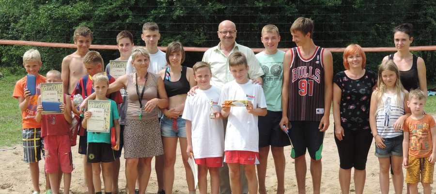 Uczestnicy Turnieju piłki plażowej.