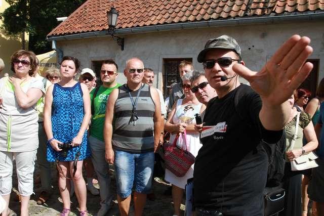 Bogdan Bernacki (na pierwszym planie) oprowadza fanów serialu po miejscach, w których były kręcone niektóre odcinki - full image